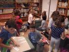 Olvasás óra az iskolai könyvtárban